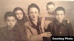 زاور دخته (سمت راست) به همراه خانواده. از ایرانیان تودهای که مجبور به گریز به تاجیکستان شدند.