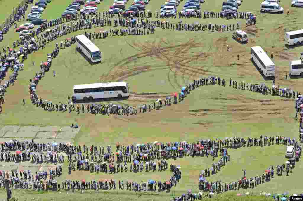 Mourners queue to view the body of former South African President Nelson Mandela as he lies in state at the Union Buildings in Pretoria. (Reuters/GCIS/Handout via Reuters)
