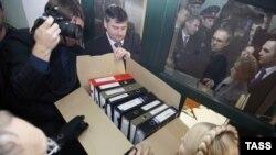 Премьер-министр Юлия Тимошенко и представители ее блока передают ВАСУ коробку с папками документов, Киев, 16 февраля 2010 года