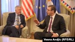 Presidenti i Serbisë, Aleksandar Vuçiq dhe ambasadori amerikan në Beograd, Kyle Scott