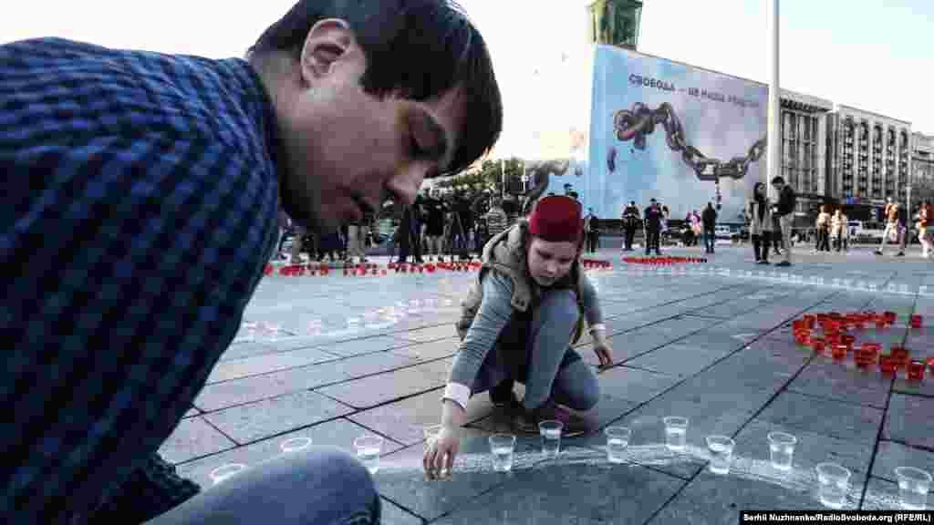 Перед початком акції учасники виклали зі свічок контури герба України, тамги (герба кримських татар), а також контури півострова Крим з числом «73»