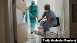 Medicinsko osoblje radi u okviru intenzivne nege Kliničkog centra Vojvodine