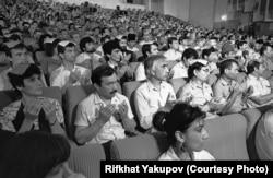 Участники Второго Курултая крымскотатарского народа 1991 года. На первом плане – Эльмира Байрам-Али. Фото Рифхата Якупова