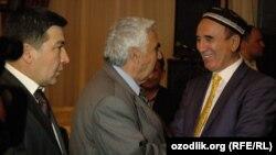 На фото (слева направо): Поэт Мухаммад Исмоил, народный артист Узбекистана Бобомурод Хамдамов и народный артист Узбекистана Шерали Джураев.