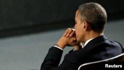 الرئيس باراك أوباما خلال مشاركته في حفل لتأبين ضحايا الهجوم على مدرسة في مدينة نيوتاون.