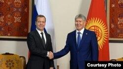 Глава Киргизии Алмазбек Атамбаев и премьер-министр России Дмитрий Медведев