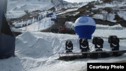 Этой зимой снега на курорте Ведучи не хватало. Но телезрители этого не увидели. Фото Анастасии Парафило
