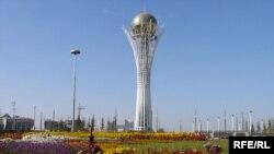 """Астанадағы """"Бәйтерек"""" ескерткіші."""