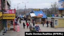 У Донецьку працюють і магазини, і ринки.