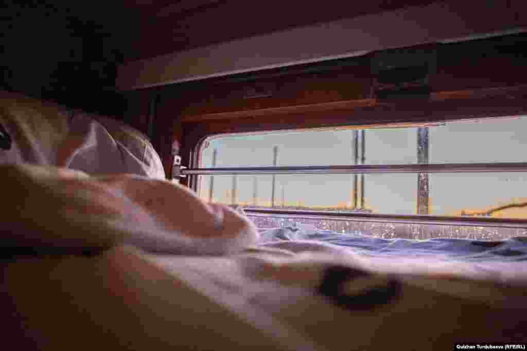 Поезд күндөп-түндөп жол жүргөндүктөн жүргүнчүлөргө жууркан-төшөк, шейшеп, сүлгү берилет.
