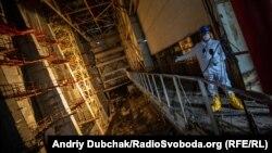 Журналіст Радіо Свобода Євген Солонина під час репортажу на балконі машзалу біля 8-ї турбіни ЧАЕС