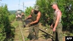 Российские военные ремонтируют абхазскую железную дорогу (архивная фотография)