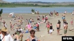 На пляже возле курортного городка Бурабай в Акмолинской области.