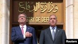 Міністар абароны ЗША Эш Картэр (зьлева) і міністар абароны Іраку Халед аль-Абэйдзі, 18 красавіка 2016 году