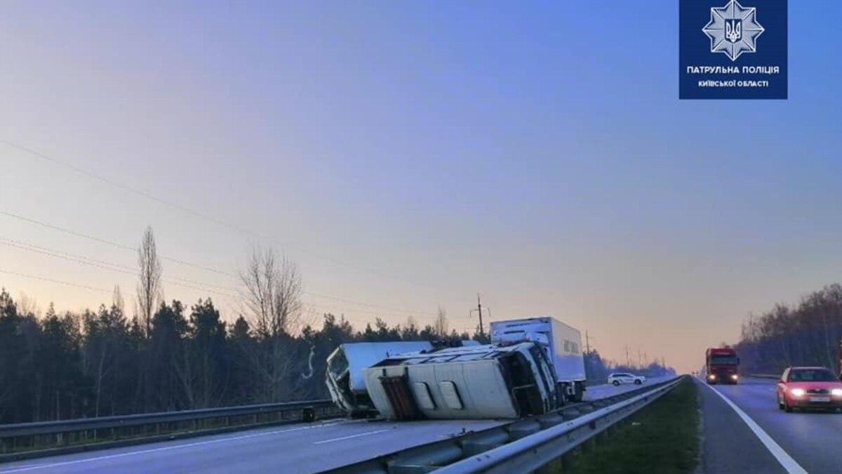 На Киевщине грузовик врезался в автобусы: два человека погибли
