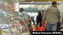 Покупатели в продуктовом супермаркете. Иллюстративное фото.