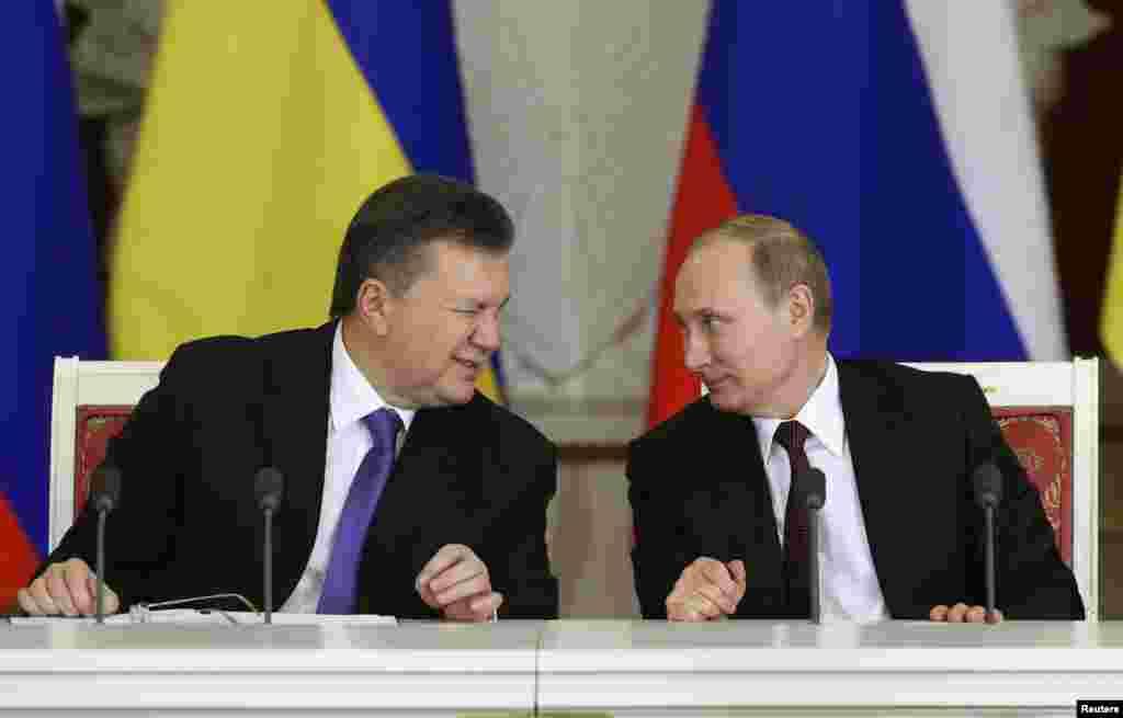 Росія – Віктор Янукович підморгує Володимирові Путіну під час церемонії підписання угод за підсумками засідання російсько-української міждержавної комісії в Кремлі, Москва, 17 грудня 2013 року