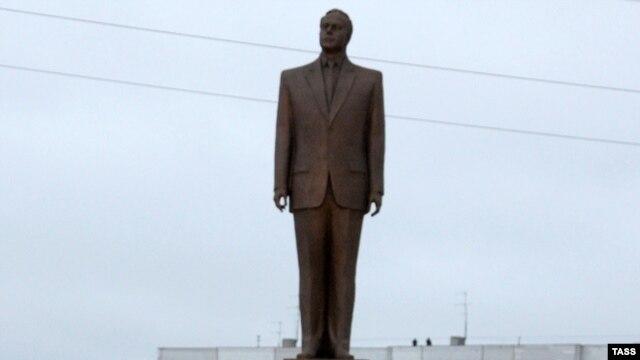 Памятник Гейдару Алиеву. Ульяновск, 24 ноября 2009 года.