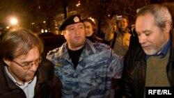 Москва -- 11-октябрдагы шайлоонун бурмаланган натыйжаларына нааразылык билдиргендерди коопсуздук күчтөрү кууп таркатып, айрымдарын кармап кетишти. 12-октябрь 2009-жыл.