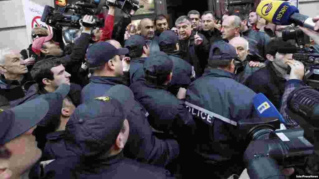 Tbilisi, 8 fevral 2013. Milli kitabxana qarşısında Saakashvili əleyhidarları ilə prezidentin binaya yolunu açmağa çalışan polis arasında qarşıdurma