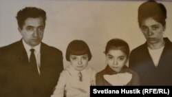 Александр и Полина Бауэр с дочерьми