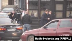 Дмитро Кащук та Микола Бояркін біля офісу на Львівській площі у Києві