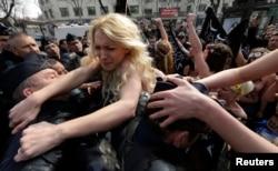 Инна Шевченко во время протестов в Париже
