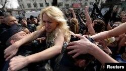 Українська активістка руху FEMEN в Парижі, 4 квітня 2013 року