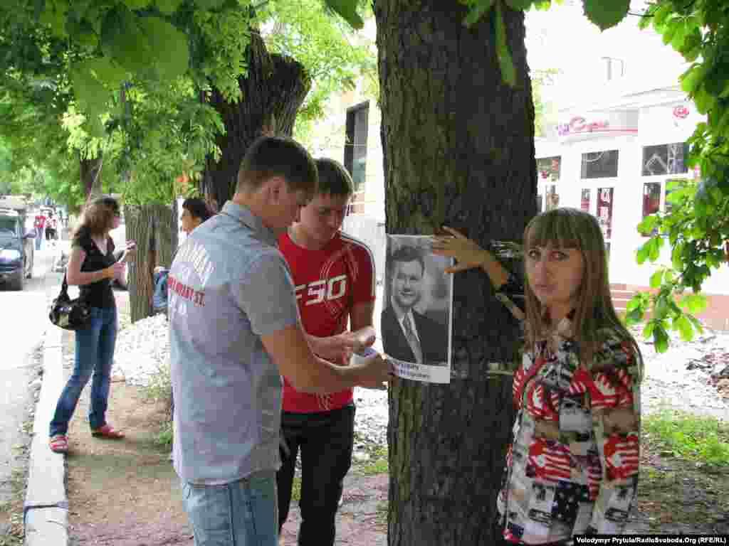 Сімферопольці прив'язували до дерев портрети Президента із надією, що будівельники їх не чіпатимуть