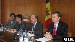 Melanie Merlott (BM), Valeriu Lazăr, ministrul economiei și Veaceslav Negruță, ministrul de finanțe