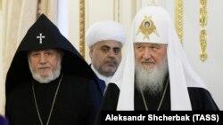 Bütün ermənilərin katolikosu 2-ci Qaregin (solda), şeyxülislam Allahşükür Paşazadə və patriarx Kirill