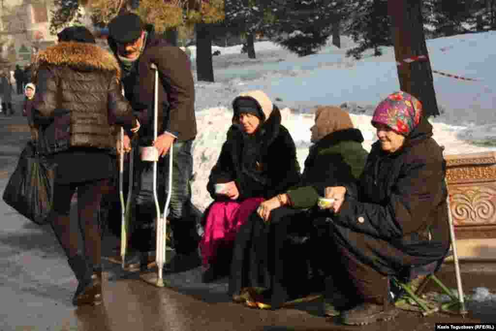 Девушка раздает милостынювозле Свято-Вознесенского собора.Алматы, 7 января 2013 года.