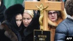 Родственники убитого политика Бориса Немцова на его могиле. Москва, 3 марта 2015 года.
