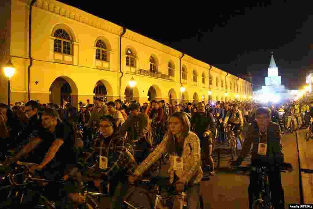Кремль урамын тутырган меңәрләгән санда велосипедчы берьюлы кузгалгач, тыгымнар хасил булды.