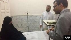 یک دیپلومات افغانستان در پاکستان در جریان صحبت با شربت گل
