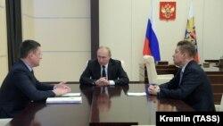 Prezident Vladimir Putin, enerji naziri Aleksandr Novak (solda) və Gazprom-un rəhbəri Aleksey Miller (Foto arxivdəndir)
