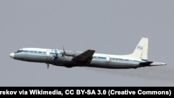 Самолет марки Ил-18.