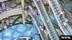 Владельцы и посетители торговых центров послушно выполняли команды, присылаемые из-за океана
