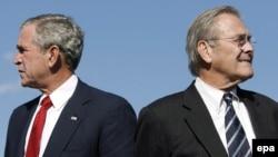 دونالد رامسفلد، وزیر دفاع پیشین، همراه با جرج بوش، رییس جمهور سابق آمریکا