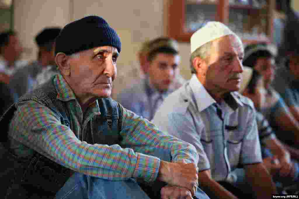 Нарушение поста в течение Рамазана без уважительной причины считаетсягрехом. На фото - крымские татары в мечети во время праздничной молитвы на Ураза-Байрам в Симферополе