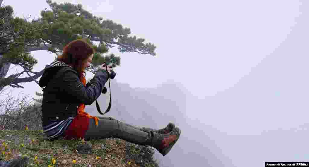 Небезпечне «фотополювання» на самому краю скелі