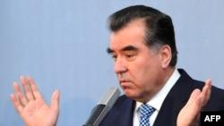 Latvia -- Tajik President Президенти Тоҷикистон Эмомалӣ Раҳмон дар нишасти хабарӣ дар Рига, 9 феврали соли 2009.