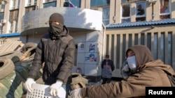 Ресейшіл наразы топ Луганскідегі жергілікті қауіпсіздік қызметінің бөлімшесінде баррикада құрып жатыр. Луганск, Украина, 8 сәуір 2014 жыл.