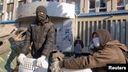 Пророссийские активисты на баррикадах перед зданием управления СБУ в Луганске. 8 апреля 2013 года.