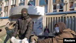 Пророссийские сепаратисты блокируют вход в здание подразделения СБУ в Луганске. 8 апреля 2014 года.