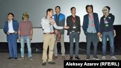 Адильхан Ержанов представляет тех, с кем снимал фильм «Чума в ауле Каратас». Алматы, 25 сентября 2016 года.
