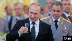 Müdafiə naziri Sergei Shoigu prezident Vladimir Putin-in arxasında. Kremldə keçirilən qəbullardan birində. 25 iyun 2015