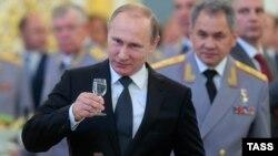 Владимир Путин и министр обороны России Сергей Шойгу на приеме в Кремле в честь выпускников военных вузов, 25 июня 2015 года