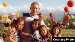 Мұхтар Жәкішевтің бостандықта балаларымен бірге жүрген кезі.