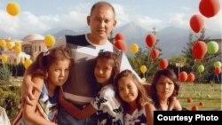 """Бывший президент компании """"Казатомпром"""" Мухтар Джакишев со своими детьми. Фото из семейного архива."""